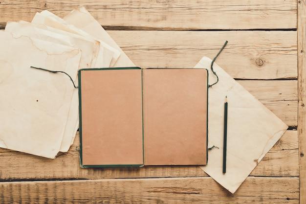 Carta vintage. vecchio blocco note su uno sfondo di legno. copia spazio. foto di alta qualità