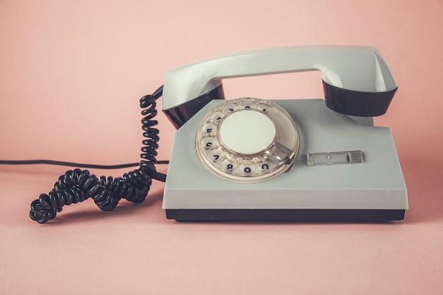 Telefono vintage sul tavolo rosa