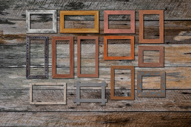 Cornici per foto d'epoca sulla parete di legno per interni o sfondo.