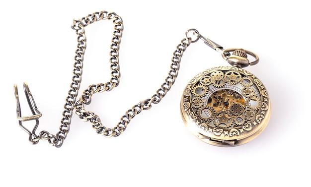 Orologio da tasca vintage con catena su fondo bianco