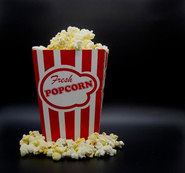 Scatola di popcorn vintage con trabocco di popcorn