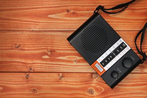 Radio vintage per ascoltare programmi radiofonici su una superficie di legno