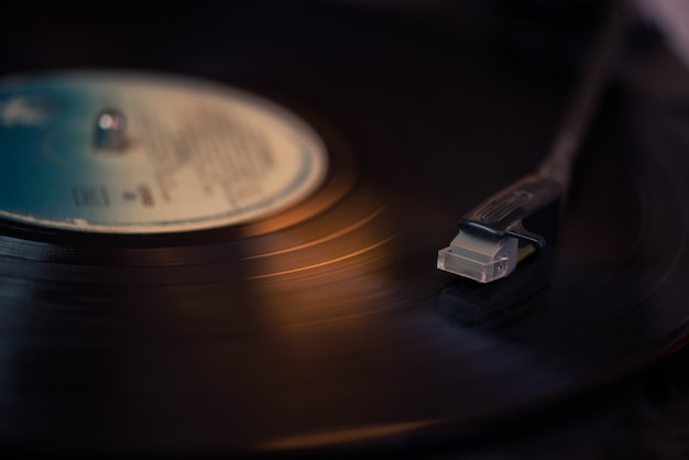 Stilo giradischi vintage su un disco rotante