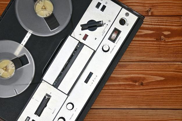 Vintage reel to reel registratore a nastro su uno sfondo di legno marrone. registratore a nastro retrò dall'unione sovietica