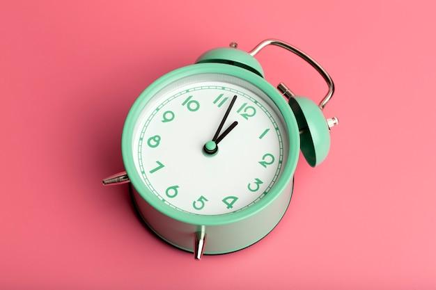 Sveglia retrò vintage su uno sfondo minimo colorato vuoto concetto di temporizzazione dell'orologio di alta qualità...