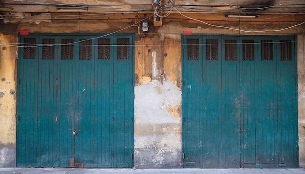 Parte anteriore del negozio di porta retrò in legno d'epoca