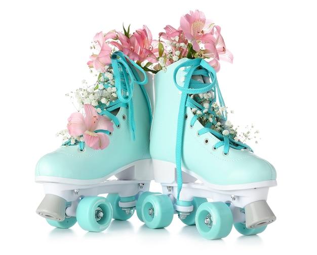 Pattini a rotelle vintage con fiori su bianco