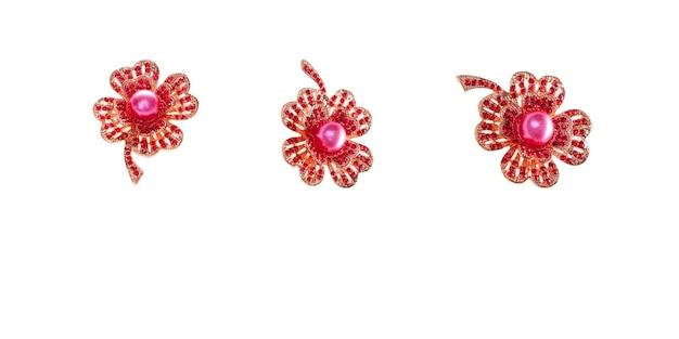 Spilla vintage rubino su sfondo bianco. accessorio elegante chic alla moda