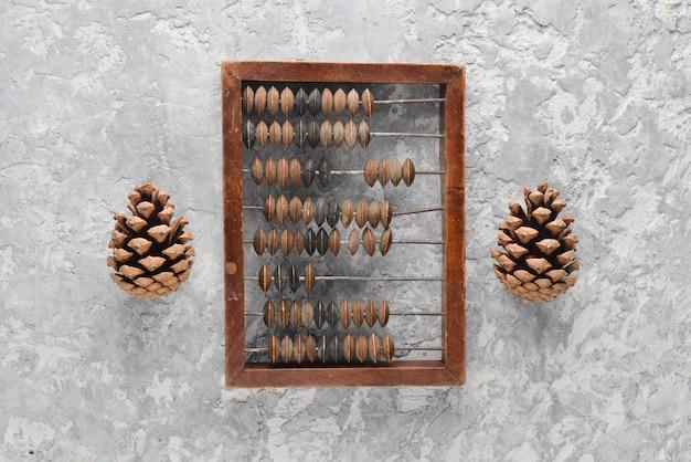 Punteggi e coni d'annata sulla tavola concreta. vista dall'alto. antichi metodi di conteggio.