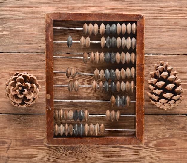 Punteggi e coni d'annata sulla tavola di legno. vista dall'alto. antichi metodi di conteggio.