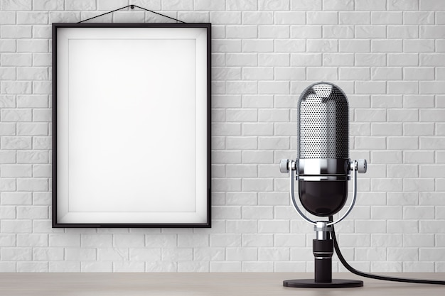 Microfono d'argento d'annata davanti al muro di mattoni con il primo piano estremo della struttura in bianco