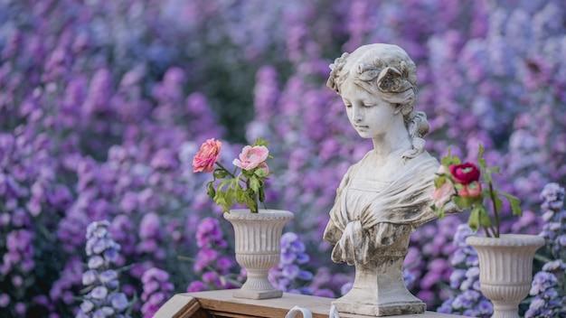 Statua d'epoca in giardino fiorito