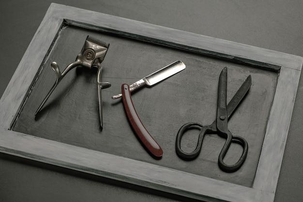 Forbici in acciaio vintage su sfondo di tavolo in legno