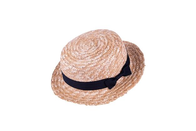 Cappello di paglia vintage per la moda femminile in estate isolato su sfondo bianco.