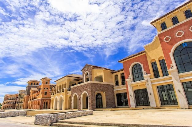 Edifici in stile vintage con cielo azzurro e nuvole sullo sfondo