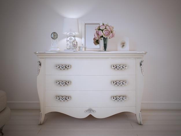 Consolle in stile vintage in una camera da letto classica in piedi contro un muro bianco con decorazioni e lampada in cima