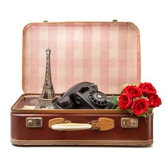 Valigia vintage piena di oggetti vintage