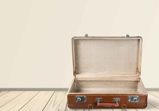 Valigia vintage isolata su sfondo