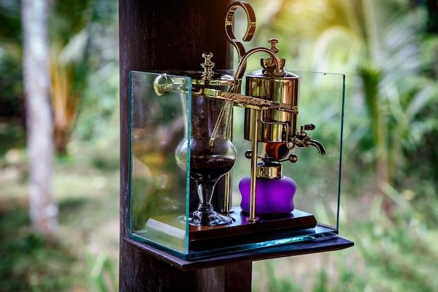 Sifone vintage per fare caffè fresco, all'aperto