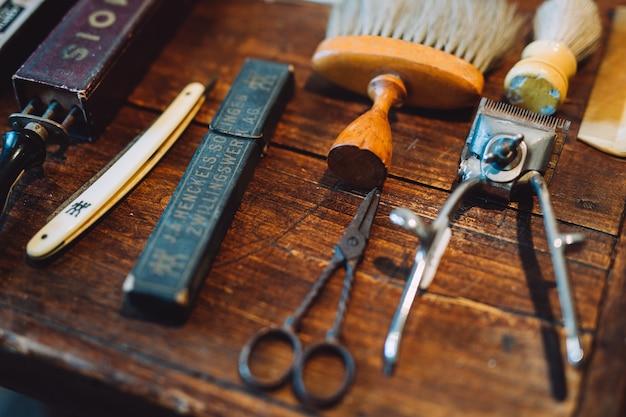 Strumenti d'epoca del negozio di barbiere su fondo in legno chiaro