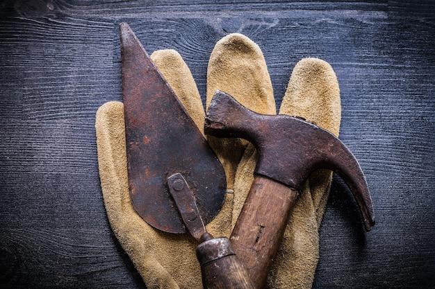 Martello da carpentiere di strumenti vintage e spatola di mastice