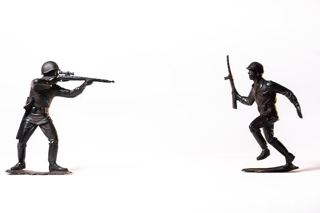 Soldatini neri del giocattolo dell'annata isolati su priorità bassa bianca.