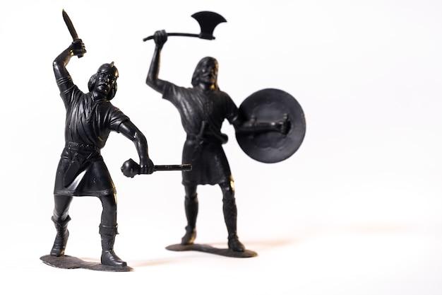 Giocattoli vintage soldati vichinghi neri isolati su sfondo bianco.
