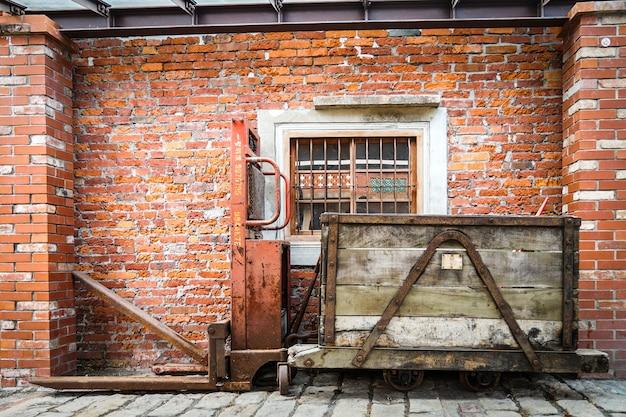 Treno d'epoca senza lavoro e parcheggio accanto al muro di mattoni, taiwan.