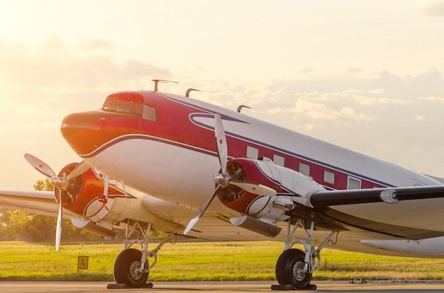 Vintage aereo turboelica all'aeroporto al tramonto.