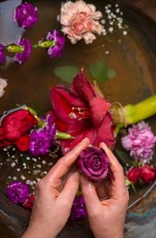 Vintage, vari fiori vari fiori su sfondo scuro vintage, vista dall'alto, piatto laici