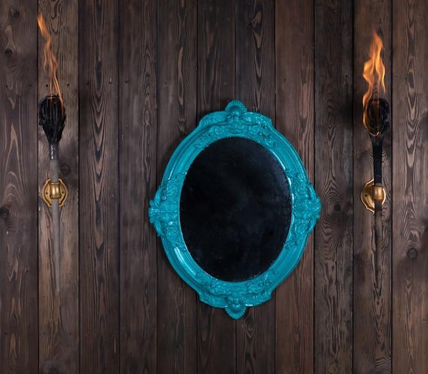 Specchio vittoriano vintage su parete in legno