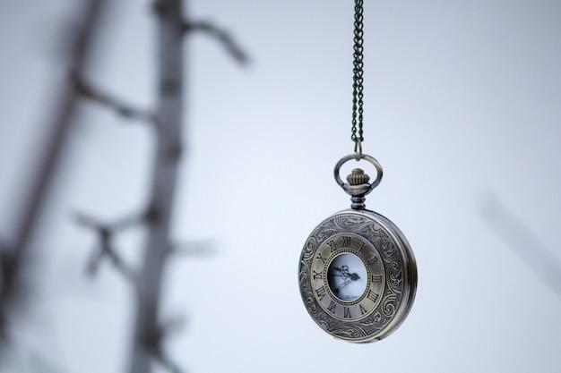 Orologio vintage su una catena. orologio da tasca