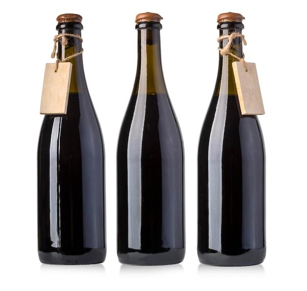 Bottiglie di vino d'annata con l'etichetta in bianco isolata su bianco