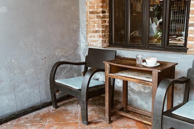 Sedia in legno vintage e tavolo sul balcone