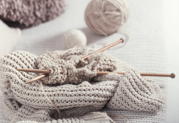 Ferri da maglia e filati di legno d'annata, primo piano
