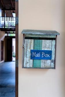 Cassetta postale in legno vintage sulla parete. thailandia, primo piano
