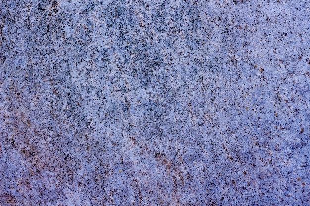 Texture viola e blu con macchie scure, piccoli e graffi. per design e creatività