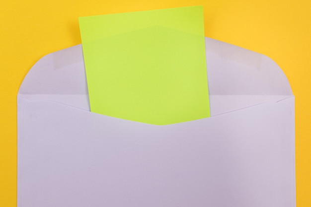 Busta viola con foglio di carta verde vuoto all'interno