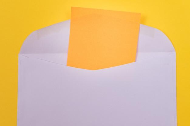 Busta viola con foglio di carta arancione bianco all'interno