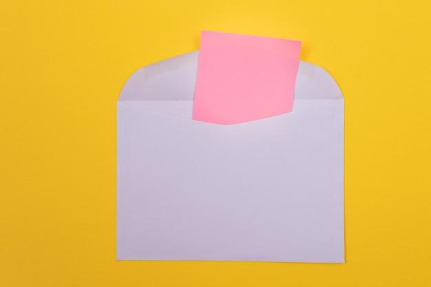 Busta viola con foglio di carta rosa bianco all'interno