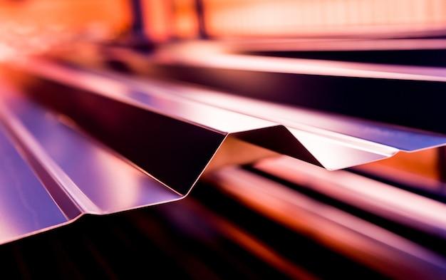 Tegole metalliche viola con motivo chiaro
