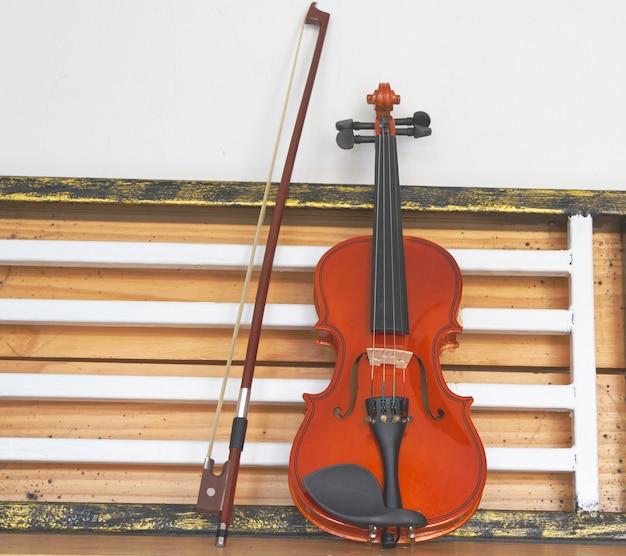 Violino e arco messi sullo sfondo, luce sfocata intorno