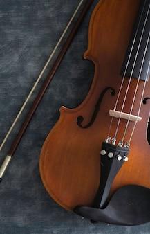 Violino sul tavolo di cemento