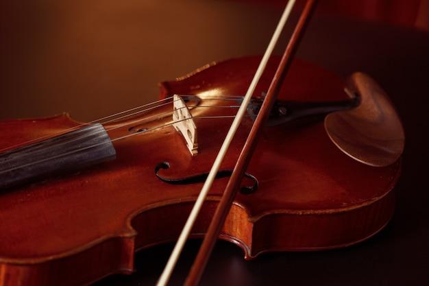 Violino in stile retrò e arco, primo piano, nessuno. strumento musicale a corde classico, arte musicale, vecchia viola