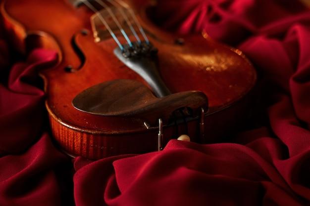Violino in stile retrò, primo piano, nessuno. strumento musicale a corde classico, arte musicale, vecchia viola marrone