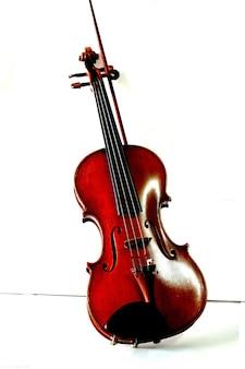 Violino con bacchetta di violino su sfondo bianco