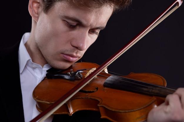 Il violinista si concentra sul suonare il violino in un'esibizione dal vivo
