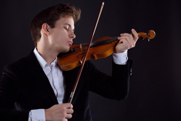 Violinista che si esibisce con gli occhi chiusi