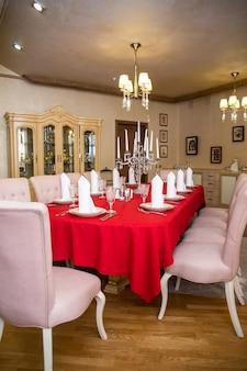 Cabina vip nel ristorante con tavolo coperto per l'azienda.