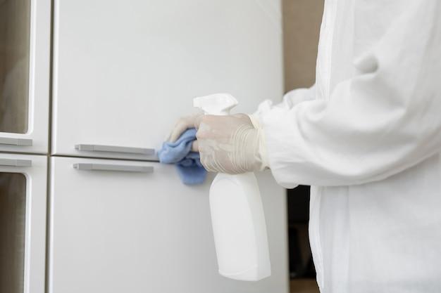 I virologi, le persone in tuta protettiva effettuano la disinfezione